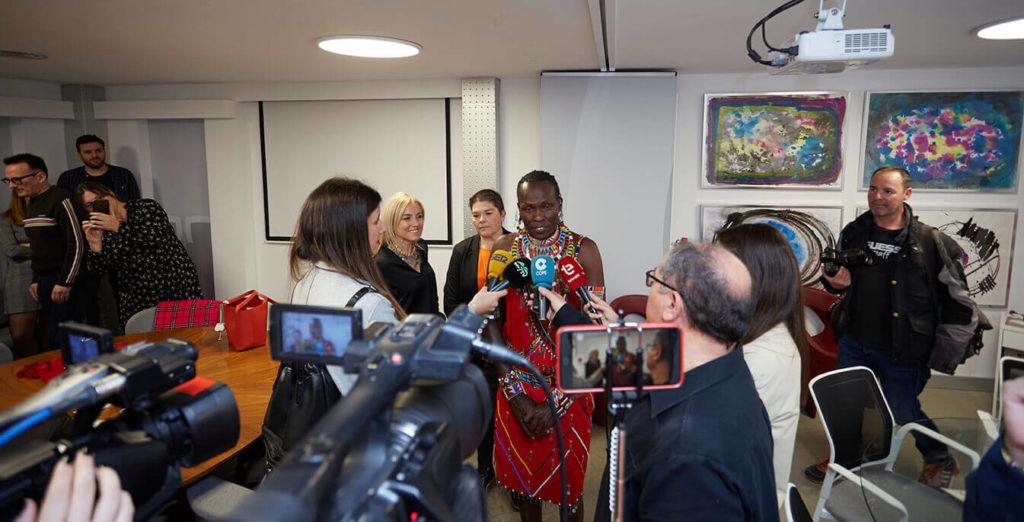 William Kikanae y Rosa Escandell explican su proyecto a los medios de comunicación que nos han acompañado en la visita