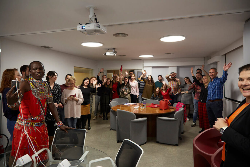 El equipo de Grupo Antón saludando a los niños con un Soba Olé